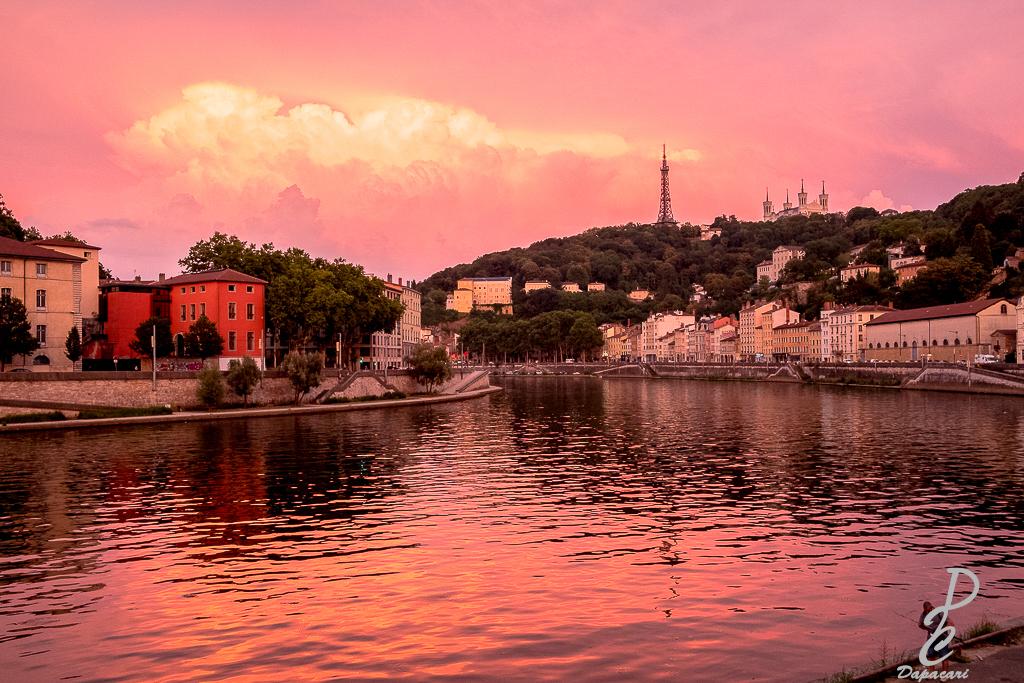 photo exceptionnelle de lyon à la tombée de la nuit le ciel rose vue sur fourvière et quai de saone